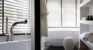 Raamdecoratie voor uw badkamer bastiaansen decoratie